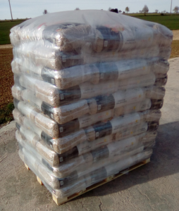 eine Palette Premium Holzpellets abgepackt in 15 kg Säcken
